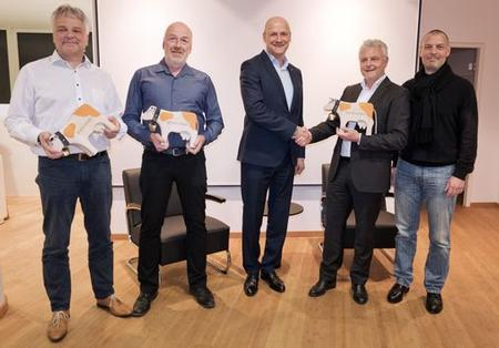 From left: Stefan Friedrich (Head of Competence Teams adaptronic) | Ralf Kintzel (Head of Competence Team Industrial Wiring adaptronic) | Christoph Schüpbach (CEO Schleuniger Group) | Peter Müller (Managing Director adaptronic) | Jörg Gutowski (CFO Schleuniger Group)