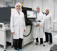 3-D MID inspection with the Viscom S6056, l. t. r.: Albert Birkicht, Managing Director, Guido Schatz, AOI Operator at HARTING AG, and Torsten Wichmann, Applications Specialist at Viscom AG.