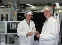 Dr. Weidner (SEMIKRON International GmbH) and Wolf Rüdiger Pennuttis (Viscom AG) in front of the inspection system S6056BO